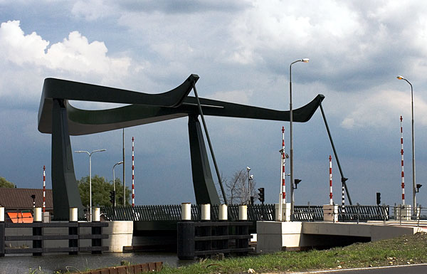 A 15-metre-wide, 15.6-metre-long lever arm weighing 84.6 tons opens and closes the bridge.